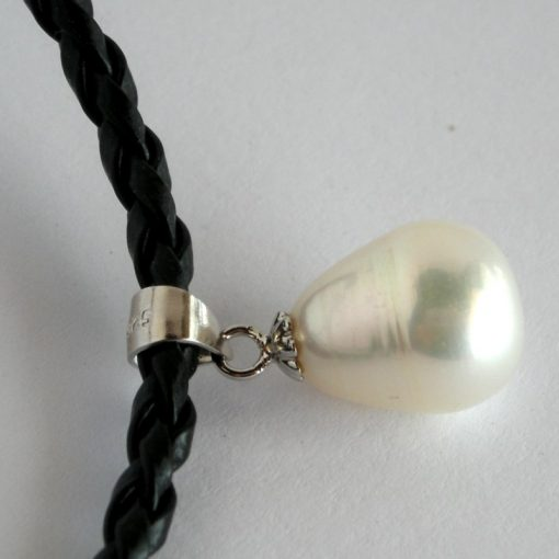 Pearl drop on leather a (2)