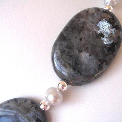 Prisni larvikite pearl detail